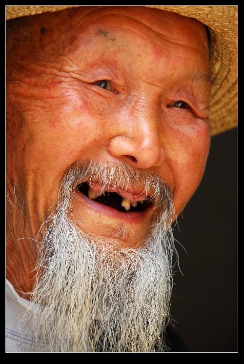 农村老人悼�z#���_秦巴老人 古铜色的脸,长长的山羊胡须,快掉光的牙齿,爽朗的笑声,这位