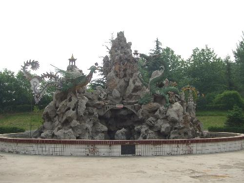 红旗渠雕塑群位于龙凤山公园内