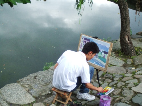 写生的艺术系学生,宏村是中央美院几大写生基地之一.
