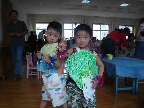 用纸做儿童时装秀