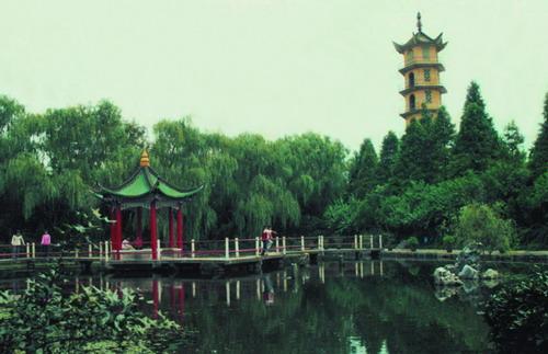 瓜洲古渡景区是国家水利风景区,位于扬州市古运河下游与