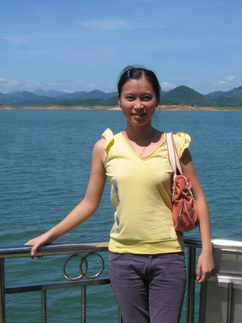 跑到二楼去看风景会更美,学校的老师给我拍了一张在船头的相片