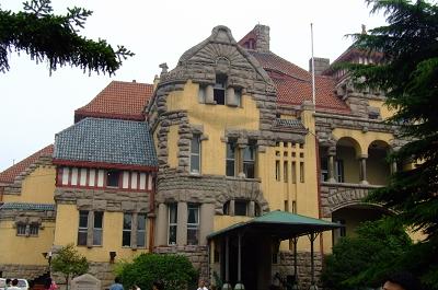我们住在青岛的东海路边上,景色很美,曾被誉为是堪与通往摩纳哥皇宫