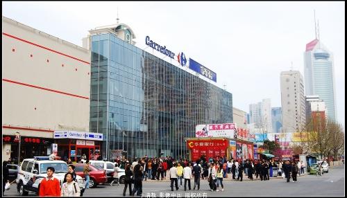 在青岛香港中路,山东路家乐福门前有上万名市民现场